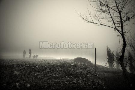 晨雾中的遛狗人