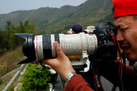 拿相机拍照的人