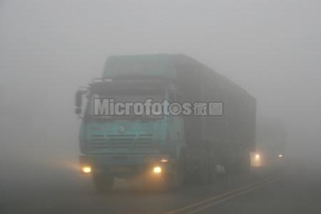 大雾中的车辆