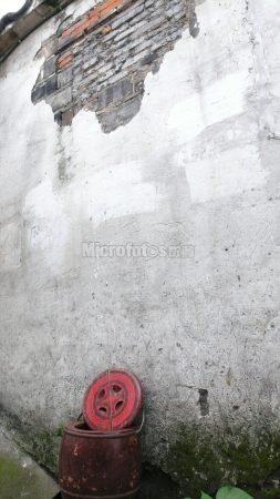旧墙与马桶