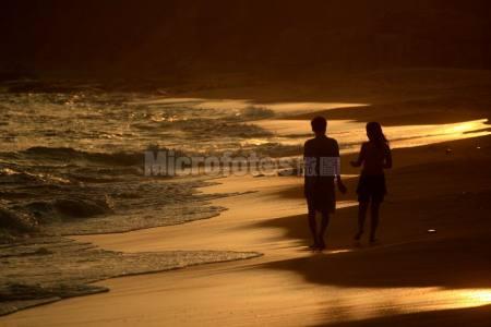 夕陽下的浪漫海灘