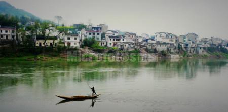 新安江边渔梁镇