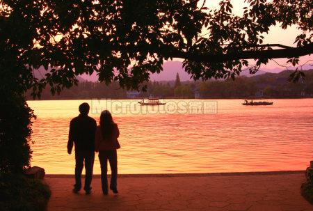 夕阳下的湖边
