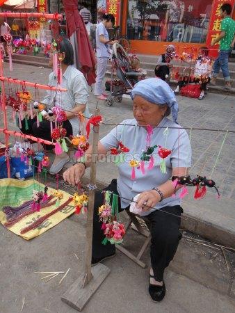 卖香包的老妇人
