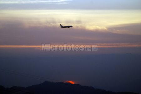 黄昏降落的飞机