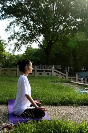 公园晨练瑜珈