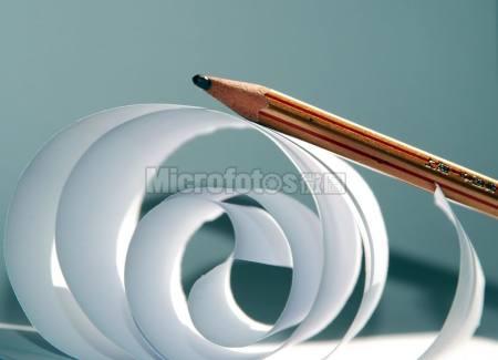 一张纸和一支笔