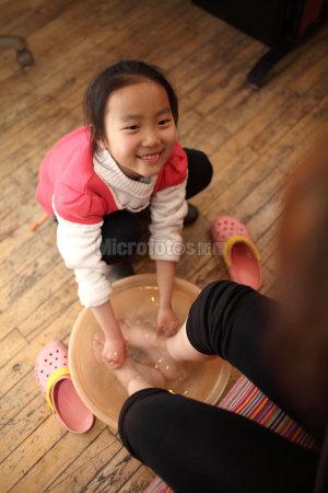 为母亲洗脚的女孩
