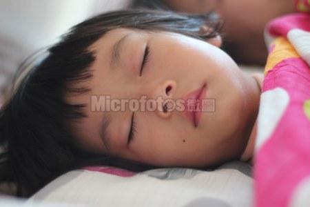 睡梦中的小女孩