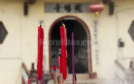 寺庙前的蜡烛