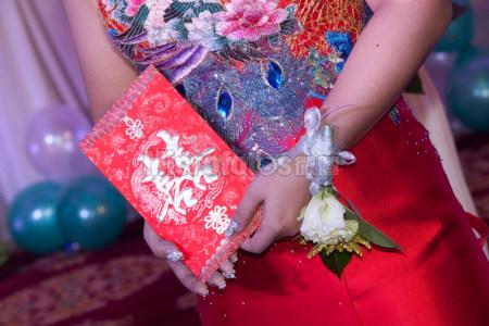 手拿紅包的新娘