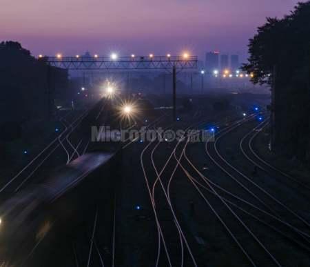 不夜的铁路运输线