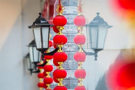 民国时期的老路灯与中国红灯笼